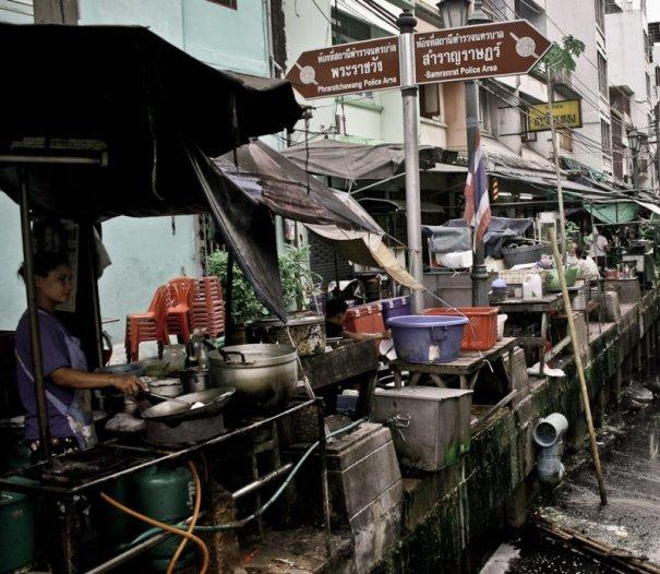 Kuchnia nad kanałem. W Tajlandii spotyka się takie na każdym kroku. (Fot. Kasia Boni)