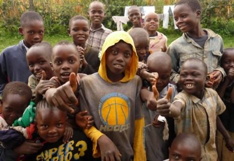 """W Saboti w Kenii białemu człowiekowi trudno przejść niezauważonym. Dzieci z wioski wołały za nami """"Mzungu! (Biały)"""". (Fot. Łukasz Bartosik)"""