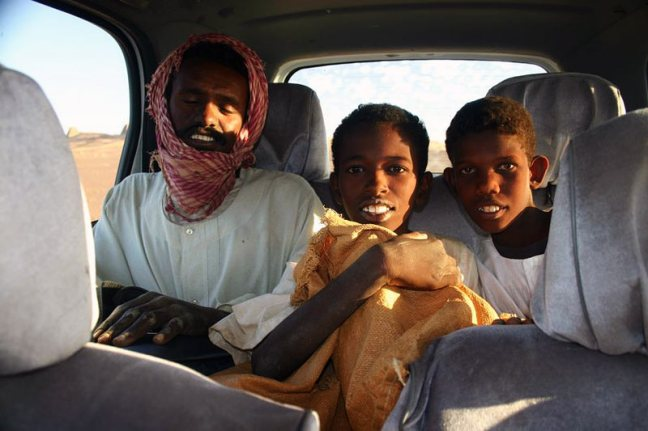 Autostopowicze, których obcokrajowcom w Sudanie przewozić nie wolno. (Fot. Rafał Żurkowski)