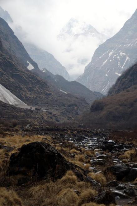 Klimatyczne podejście pod majestatyczne szczyty Himalajów. (Fot. John Markovich)