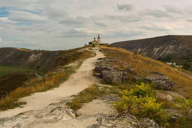 Droga do Cerkwi Poświęconej Maryji - okolice miejscowości Butuceni w Mołdawii. Zdjęcie wykonane dokładnie z nad mnisich cel monastyru Pestera, położonego kilka metrów niżej. (fot. Grzegorz Czorapiński)