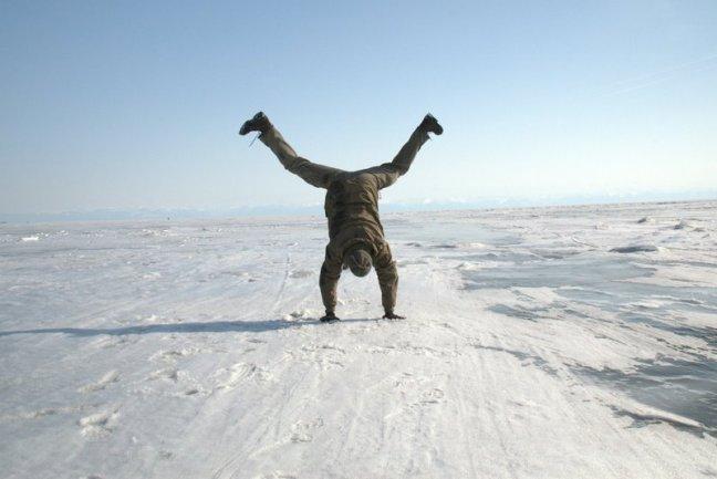 Na zamarzniętym Bajkale zabawa też była przednia, choć bez roweru. (Fot. Jakub Rybicki)