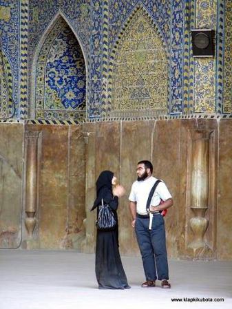 Zdjęcie z Iranu. Kobieta przed meczetem