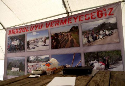 W namiocie dowodzenia - transparent ze zdjęciami z marszu. (Fot. z archiwum Autostopem ku wolności)