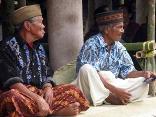 Ceremoni pogrzebowej doglądają lokalni mędrcy.