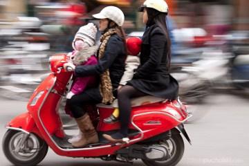 6. WIETNAM, Hanoi. W Wietnamie skuter, to pojazd czteroosobowy. (Fot. Jakub Puchalski)
