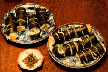 Własnoręcznie robione sushi - w środku słodki omlet i liście pachnotki zwyczajnej z marynowanym ogórkiem. (Fot. Kasia Boni)