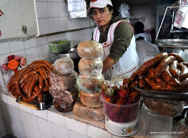 Boliwia. Mięsne stoisko na targowisku w Sucre