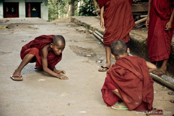 Młodzi mnisi buddyjscy