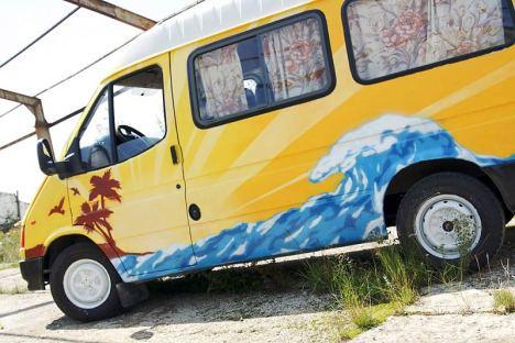 Kolorowy ford transit ekipy Busimy