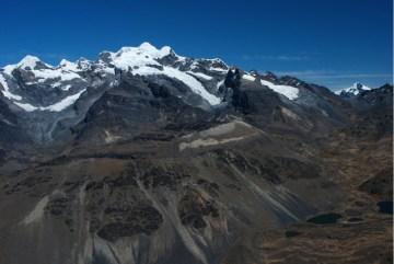 Chaupi Orco, dolina Huancasayani, przełęcz Lusuni oraz Nevado Losoccocha widziane ze szczytu Yagua Yagua. (Fot. Marcin Kruczek)