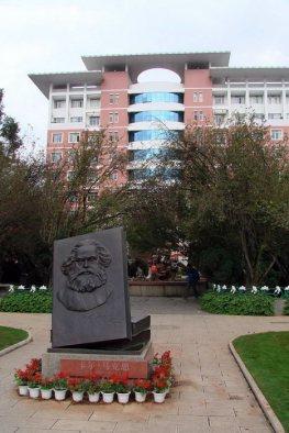 Pomnik Marksa przed chińską uczelnią w Kunming