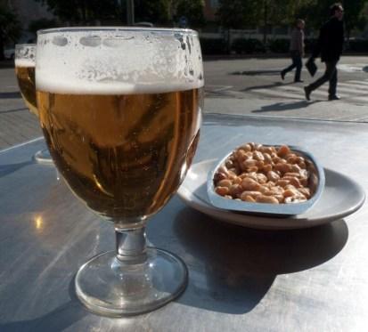 Caña i niewielkie tapa to dobra przerwa w hiszpańskim słońcu. W końcu nigdzie nikomu się nie śpieszy... (Fot. Jagoda Pietrzak)