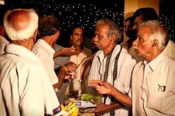 17. INDIE, Kovvur. Mężczyźni obu rodzin witają się i wymieniają się darami. (Fot. Piotrek Tomiak)