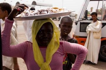 Sudańska sprzedawczyni orzeszków. (fot. Piotr Marek)