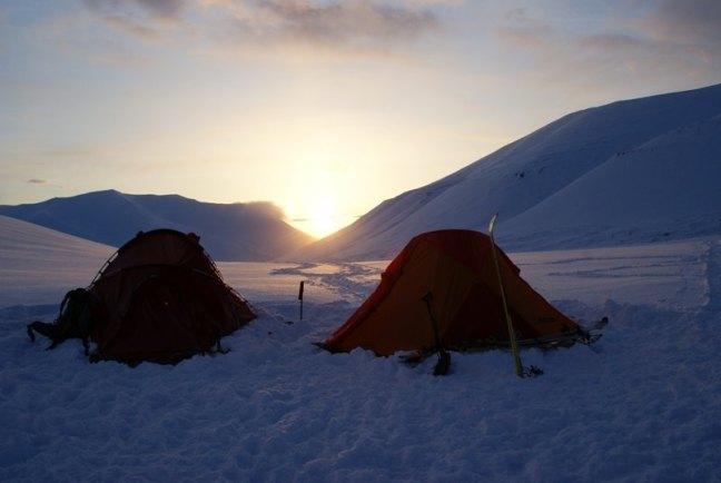 O 4 nad ranem na lodowcu Sysselmann (Fot. Szymon Jasieński)