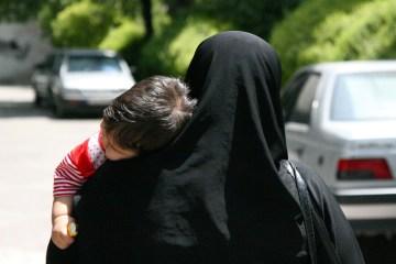 Iranka z dzieckiem na ramieniu