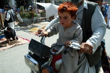 Afgańskie dziecko na motocyklu