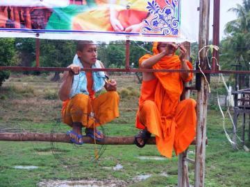 Laotańscy mnisi przey pracy