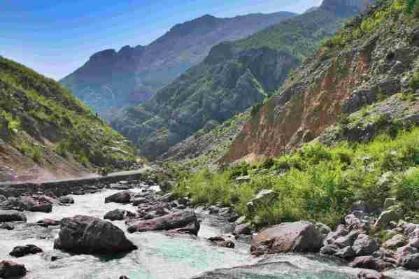 liczne potoki przecinaja droge