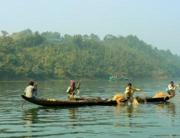 Rybacy na jeziorze Kaptai.