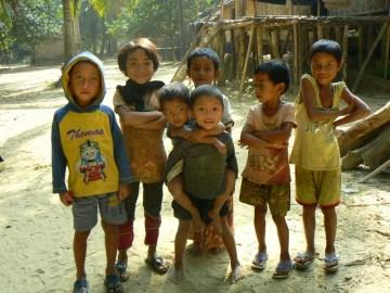 Dzieci z wioski spolecznosci Marma.