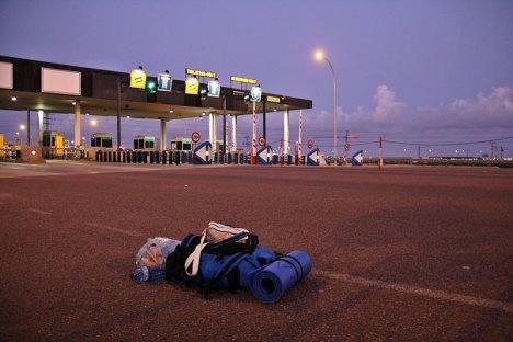 Samotny plecak na autostradzie.