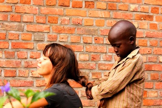 Dzieciaki uwielbiały bawić się włosami Beaty; Fot. Janek Frączak
