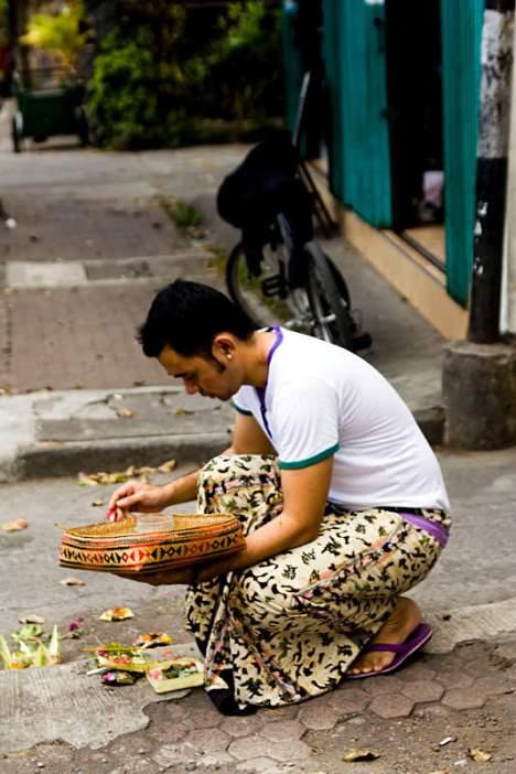 Mieszkaniec Bali składa ofiarę