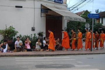 Codzienny rytuał dzielenia się jedzeniem z mnichami