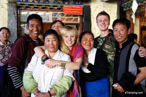 Podróż do Lhasy. Zdjęcie z Tybetańczykami