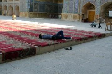 Odpoczynek w meczecie - foto z Iranu