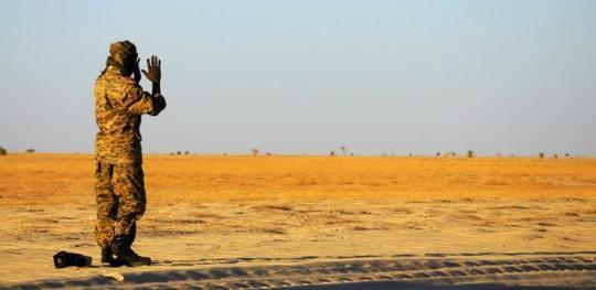 Foto z podróży do Czadu. Muzułmanin modli się na pustyni