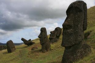 Statuy zakopane w zboczach wulkanu Rano Raraku. (fot. Marta i Łukasz. Świat z bliska)