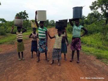 Podróż przez Afrykę. Kobiety w drodze do studni