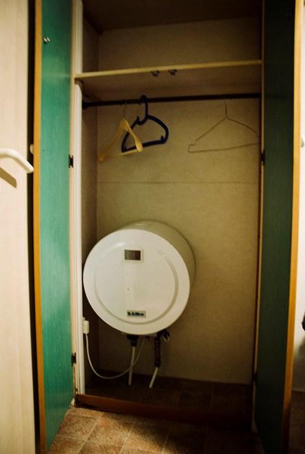 dzie zmieścić bojler? W szafie! Camping w Wenecji, Włochy. (Fot. Karolina Anglart)
