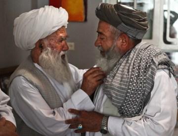 Afgańscy mężczyźni głaskają sie po brodach - foto
