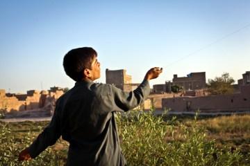 Afgański chłopiec z latawcem. Zdjęcia z podróży do Afganistanu