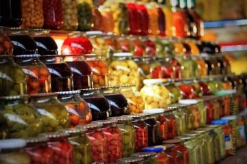 Marynowane jedzenie w sklepie w Baku - zdjęcia