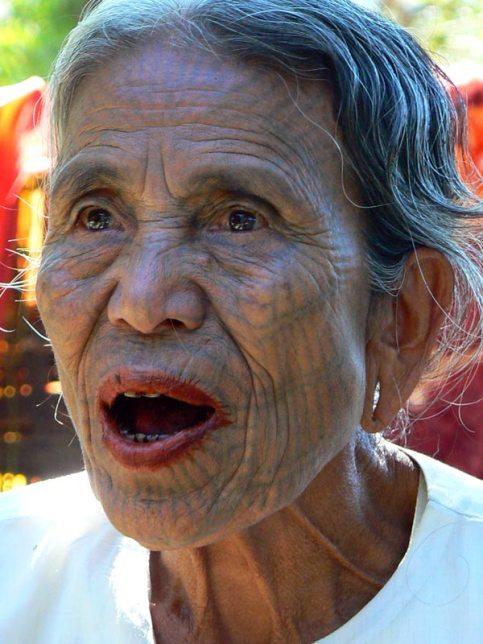 Tatuaże na twarzy - kobieta z Birmy