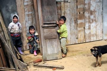 Wietnamskie dzieciaki bawią się w chowanego