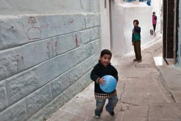 Mali Marokańczycy grają w piłkę