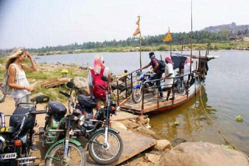 Przeprawa przez rzekę w Indiach