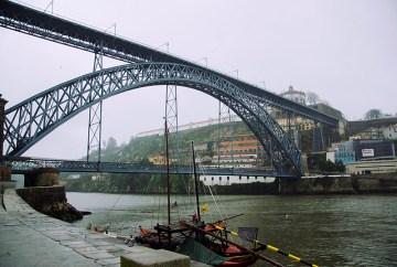 Most w centrum portugalskiego Porto