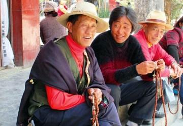Tybetańczycy w trakcie modlitwy