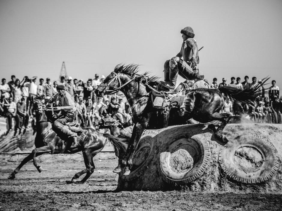 Kirgiz leci z konia, zawody buzkaszi (kokburu) w Kirgistanie