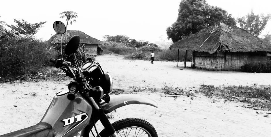 Wioska w Afryce i motocykl