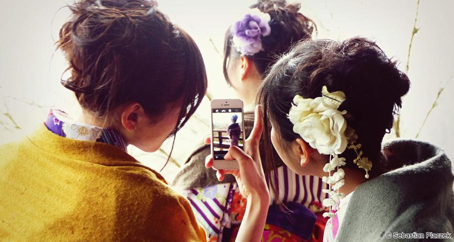 Dziewczyny z Japonii i smartfon - foto