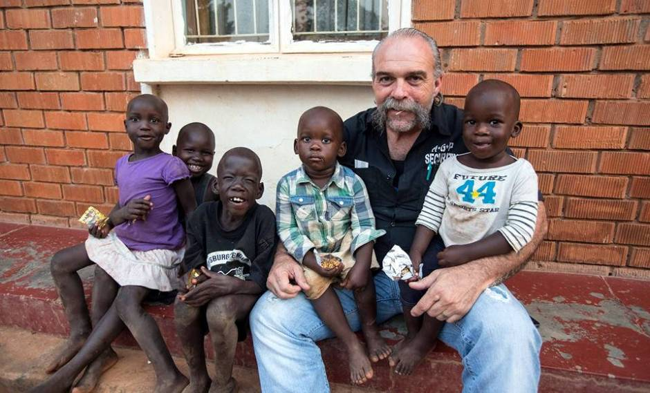 Sam Childers, Machine Gun Preacher z dziećmi z Ugandy
