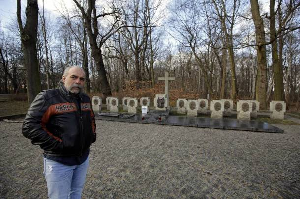 Sam CHilders podczas wizyty w Polsce, cmantarz na Westerplatte